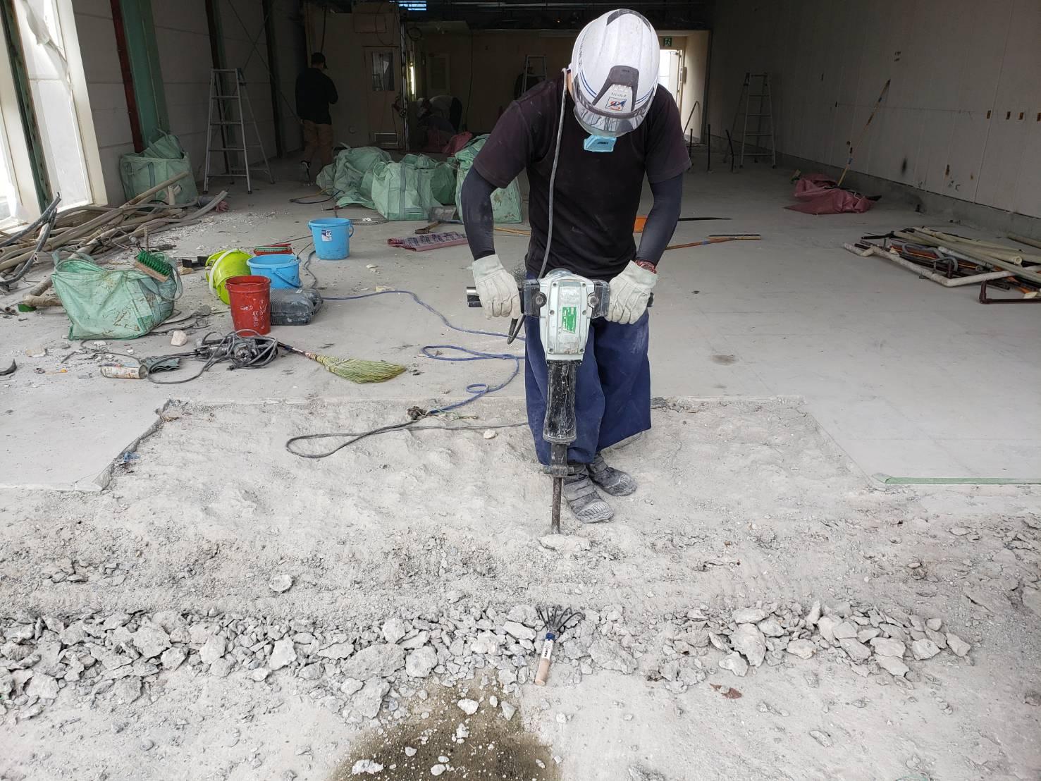 明成興業~斫り作業と床材剥がし作業の様子~